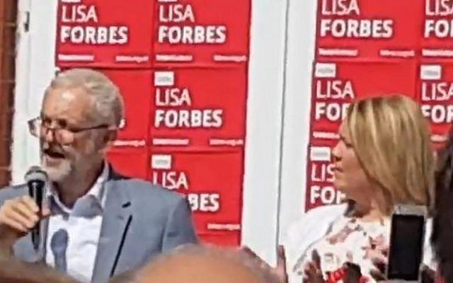 Le chef du Labour Britannique Jeremy Corbyn, à gauche, en campagne avec Lisa Forbes à Peterborough (Capture d'écran/YouTube)