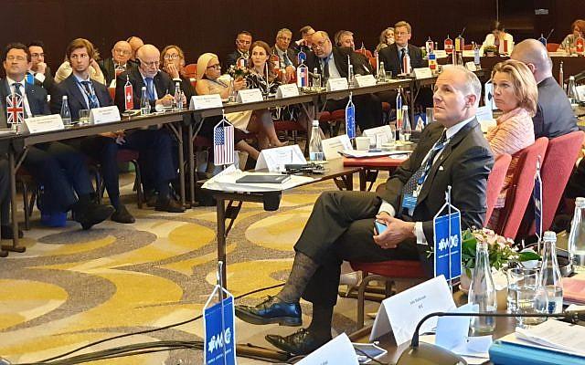 Elan Carr, l'envoyé américain dans la lutte contre l'antisémitisme et son homologue de l'UE Katharinas von Schnurbein lors d'un sommet à Bucarest, en Roumanie, le 17 juin 2019 (Crédit :Cnaan Liphshiz via JTA)