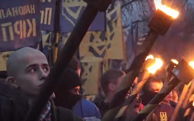 Des nationalistes ukrainiens marchent à Lviv pour honorer Roman Shukhevych, en mars 2017. (Crédit : capture écran / YouTube)