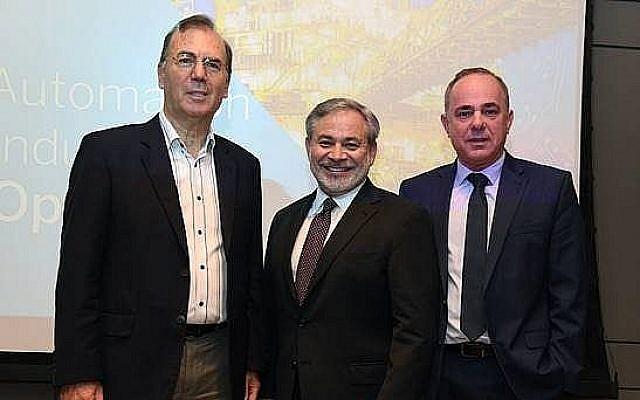 Ami Appelbaum, président de l'Autorité israélienne de l'Innovation, Dan Brouillette, secrétaire-adjoint du Département de l'Energie américain et Yuval Steinitz, ministre israélien de l'Energie, à Tel Aviv, le 24 juin 2019 (Crdit : David Azagury, Ambassade américaine en Israël)