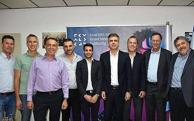 Le ministre israélien de l'économie et du commerce Eli Cohen, (au centre-droit), avec les lauréats de l'appel d'offres pour la gestion de l'incubateur alimentaire Sparks à Kiryat Shmona, OurCrowd, Finistere Ventures, Tempo et Tnuva. (Autorisation)