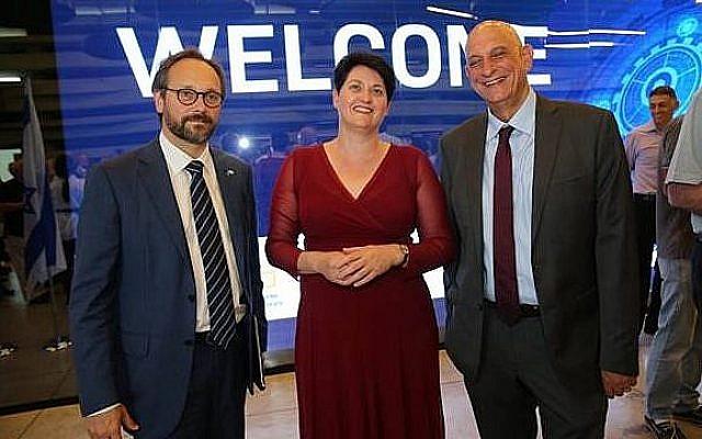 L'ambassadeur européen en Israël Emanuele Giaufret, la directrice générale de l'ISERD Nili Shalev, et le PDG de l'Autorité israélienne de l'Innovation Aharon Aharon, à la cérémonie de remise des prix du programme Horizon 2020 à Jaffa le 4 juin 2019 (Crédit ; Yossi Zamir/GPO)
