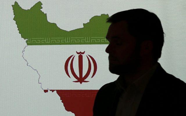Photo d'illustration : Un expert en cybersécurité devant une carte de l'Iran parle à des journalistes des techniques de piratage informatique iranien à Dubaï, aux Emirats arabes unis, le 20 septembre 2017 (Crédit : AP Photo/Kamran Jebreili)