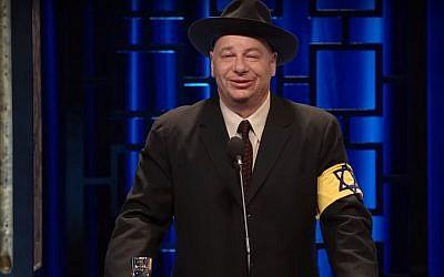 Le présentateur de Historical Roasts sur Netflix Jeff Ross avec un brassard jaune arborant l'étoile de David lors d'un épisode sur Anne Frank, le 27 mai 2019 (Capture d'écran : YouTube)