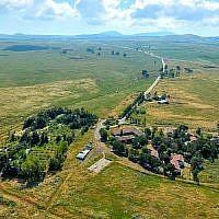 Vue aérienne du petit village de Kela Alon dans le plateau du Golan, près du site d'une nouvelle communauté bientôt renommée en l'honneur du président Donald Trump. (Crédit : Conseil régional du Golan)