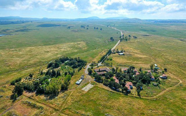 Vue aérienne du petit village de Kela Alon sur le plateau du Golan, près du site d'une nouvelle localité bientôt renommée en l'honneur du président Donald Trump. (Crédit : Conseil régional du Golan)