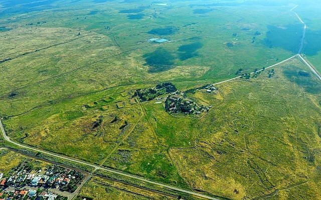 Une vue aérienne du petit village de Kela Aron sur le plateau du Golan, près du site où sera érigée une nouvelle communauté qui portera le nom du président américain Donald Trump (Crédit : Conseil régional du Golan)