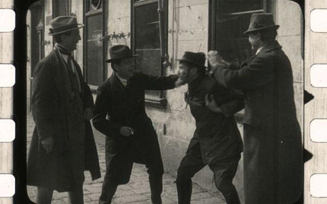 Dénonçant l'antisémitisme sur le ton de la fable, «La ville sans Juifs» de Hans Karl Breslauer narre l'histoire de la république d'Utopia, confrontée à une crise économique, qui décide de bannir ses Juifs. (Crédit photo : capture d'écran du film / Archives cinématographiques autrichiennes)