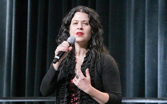 Neshama Carlebach sur scène lors de la biennale de l'Union pour le judaïsme réformé de San Diego, au mois de décembre 2013 (Crédit : URJ/JTA)