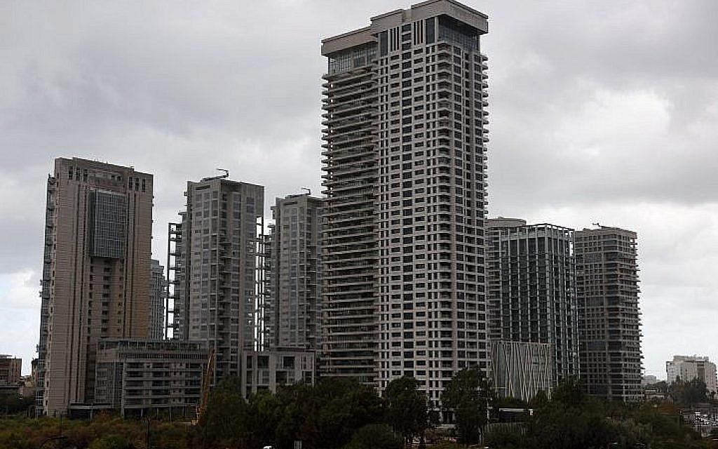 Dans le cadre des plans du gouvernement visant à répondre à la croissance démographique avec des immeubles résidentiels plus denses dans les zones urbaines, de grands immeubles d'appartements comme ceux-ci dans le nord de Tel Aviv, photographiés le 2 décembre 2016, vont changer la silhouette de nombreuses villes. (Gili Yaari /Flash90)