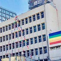 """La photo parue sur la page officielle de l'ambassade américaine de Jérusalem sur Twitter avec la légende : """"Le bureau de l'ambassade US à Tel Aviv est prêt pour la marche des FIERTES demain !"""", le 13 juin 2019 (Capture d'écran : Twitter)"""