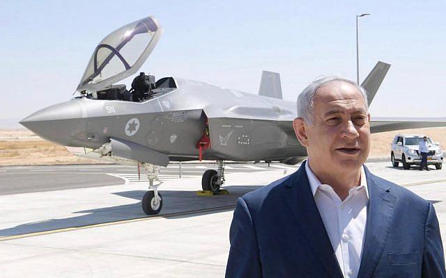 Le Premier ministre Benjamin Netanyahu se tient devant un avion de combat F-35 à la base de l'armée de l'air israélienne à Nevatim, dans le sud d'Israël. (Crédit : Amos Ben Gershom / GPO)