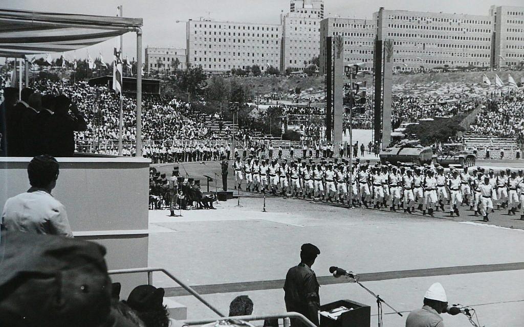 Des soldats lors d'un défilé militaire au stade Givat Ram de l'Université hébraïque de Jérusalem, le 11 mai 1978, jour de l'Indépendance. (Yehuda Ilan/Wikimedia/CC BY 4)