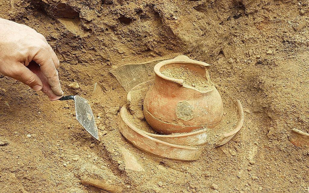 Une poterie trouvée à Khirbet a-Ra'i, que les archéologues ont identifié comme étant le Ziklag biblique (Crédit : Equipe des fouilles de Khirbet a-Rai)
