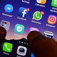 Cette photo du 22 mars 2018 montre les logos des applications Facebook, Instagram, Whatsapp et autres réseaux sociaux sur un smartphone. (Arun Sankar/AFP)