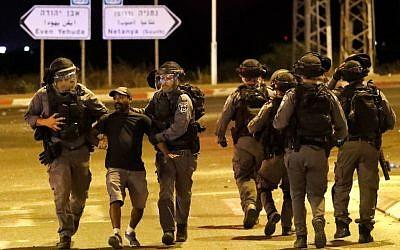 Un membre de la communauté éthiopienne d'Israël arrêté par la police à Netanya au cours des affrontements qui ont suivi la mort de Solomon Tekah, tué par un policier, le 2 juillet 2019 (Crédit : JACK GUEZ / AFP)