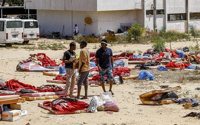 Des migrants devant un centre de détention pour migrant utilisé par le gouvernement libyen, au sud de Tripolo, l e3 juillet 2019, après une frappe qui a tué plus de 44 migrants la veille. (Crédit : Mahmud TURKIA / AFP)