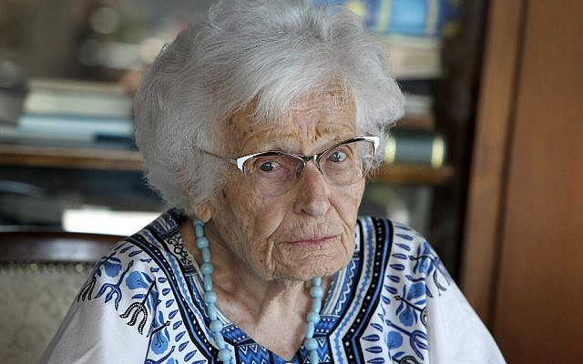 Lisel Heise, âgée de 100 ans et membre du conseil municipal de Kirchheimbolanden, ville du sud-ouest de l'Allemagne, répond aux questions des journalistes de l'AFP chez elle le 4 juillet 2019. (Crédit : Daniel ROLAND / AFP)