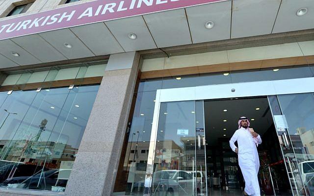 Un Saoudien sort d'une agence Turkish Airlines, à Ryad, le 4 juillet 2019. (Crédit : FAYEZ NURELDINE / AFP)