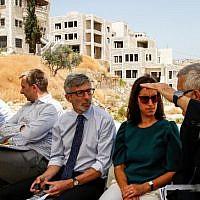 Pierre Cochard (au centre), consul général de France à Jérusalem, et d'autres diplomates de l'UE, face aux bâtiments palestiniens menacés de démolition, dans le village de Dar Salah près de Beit Sahur, au sud de Bethléem, en Cisjordanie, le 16 juillet 2019. (Crédit photo : HAZEM BADER / AFP)