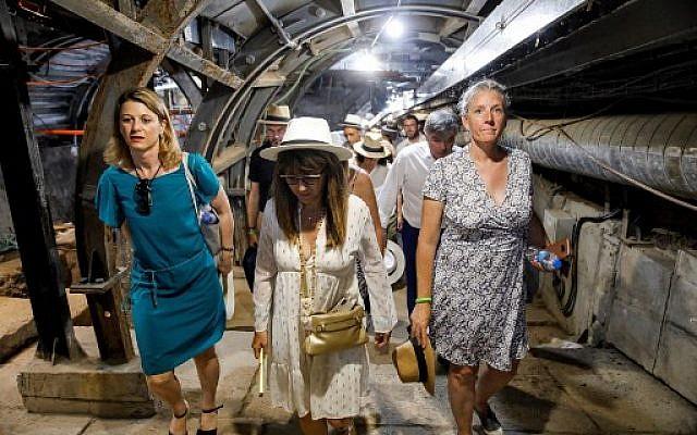 Un groupe de responsables politiques français se rend dans un ancien tunnel sur le site archéologique et touristique de la Cité de David, géré par la fondation de droite Elad et l'Autorité israélienne de la nature et des parcs, dans le quartier palestinien de Silwan à Jérusalem-Est, le 16 juillet 2019. (Crédit photo : MENAHEM KAHANA / AFP)