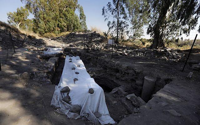 Vue d'un site de fouilles archéologiques qui serait le lieu d'un village biblique qui aurait été celui de Saint-Pierre, près du lac de Tibériade, dans le nord d'Israël, le 6 août 2017 (Crédit : MENAHEM KAHANA / AFP)