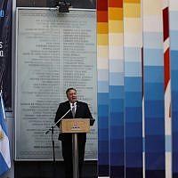 Le secrétaire d'État américain Mike Pompeo s'exprime lors d'une cérémonie marquant le 25e anniversaire du bombardement de l'Asociacion Mutual Israelita Argentina (AMIA), au Centre communautaire juif de Buenos Aires le 19 juillet 2019. (NATACHA PISARENKO / POOL / AFP)