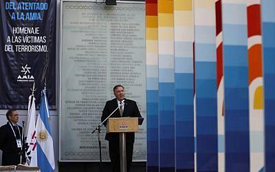 Le secrétaire d'État américain Mike Pompeo s'exprime lors d'une cérémonie marquant le 25e anniversaire de l'attentat de l'Asociacion Mutual Israelita Argentina (AMIA), au Centre communautaire juif de Buenos Aires le 19 juillet 2019. (NATACHA PISARENKO / POOL / AFP)