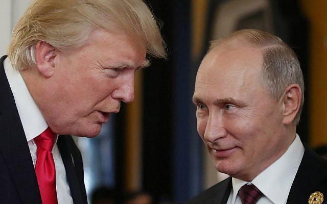 Le président américain Donald Trump (à gauche) et le président russe Vladimir Poutine lors de la réunion des dirigeants économiques de l'APEC, dans le cadre du sommet des dirigeants de la Coopération économique Asie-Pacifique (APEC), à Danang, au centre du Vietnam, le 11 novembre 2017. (AFP Photo/Sputnik/Mikhail Klimentyev)