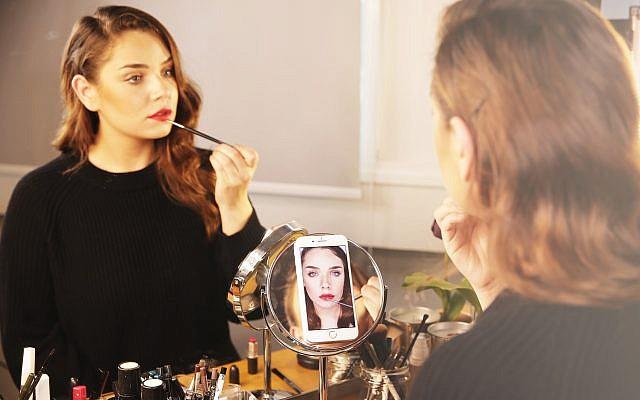La startup israélienne Mirrori a développé un assistant beauté reposant sur une intelligence artificielle capable de donner des conseils personnalisés selon les traits du visage et les produits de beauté utilisés. (Autorisation)
