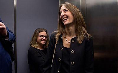 """La démocrate Eileen Filler-Corn du comté de Fairfax prend l'ascenseur depuis son bureau dans l'immeuble Pocahontas à Richmond, Virginie, le mardi 18 décembre 2018. (Julia Rendleman pour le """"Washington Post"""" via JTA)"""