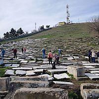 Des visiteurs sur le site du cimetière juif de Bitola, en Macédoine, en 2018 (Crédit : Yael Unna/Wikimedia Commons/via JTA)