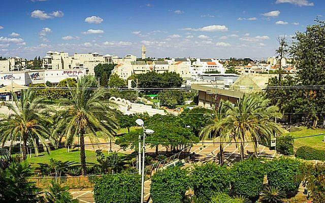 La ville de Kfar Saba, dans le centre d'Israël. (Crédit photo : Tomer Hu / Wikipédia / CC BY-SA 3.0)