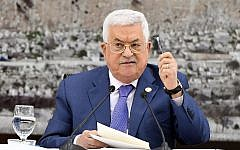 Le président de l'Autorité palestinienne Mahmoud Abbas parle aux leaders palestiniens à la Muqata, siège de l'Autorité palestinienne à Ramallah, en Cisjordanie, le 25 juillet 2019 (Crédit : Agence de presse Wafa)