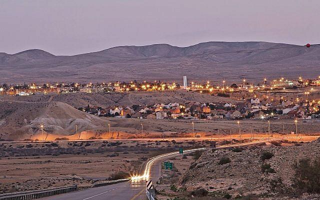 Une vue panoramique de la ville de Yerucham, nichée dans le désert du Néguev. (Simon Ben Ishai)