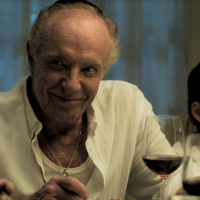 """Dans """"Holy Lands"""", James Caan joue le rôle d'un juif américain laïque qui s'installe en Israël pour échapper au désastre de sa famille - et pour élever des cochons. (Cinedigm/via JTA)"""