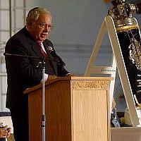 Mark Talisman lors d'une cérémonie à bord du porte-avions USS Harry S. Truman consacrée à un rouleau de la Torah, sauvé de Lituanien prêté au navire, le 24 juin 2007. (Crédit : U.S. Navy/Wikimedia Commons via JTA)