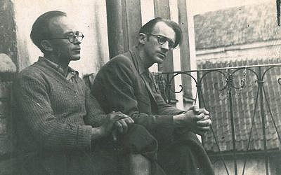 Abraham Sutzkever, à droite, avant la seconde guerre mondiale à Vilnius, en Lituanie (Autorisation/via JTA)