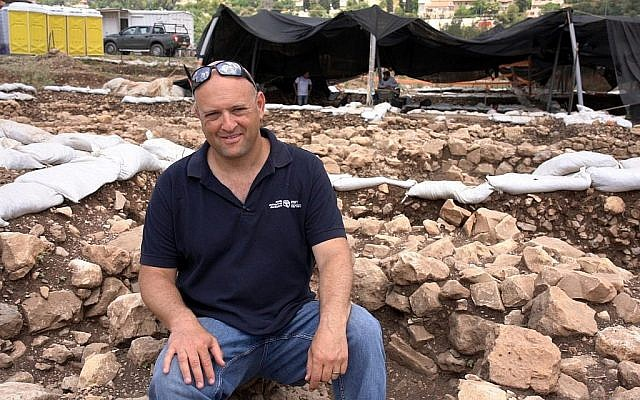 Le Dr Jacob Vardi, de l'Autorité israélienne des Antiquités, directeur des fouilles sur le site antique de Motza près de Jérusalem. (Yaniv Berman, Autorité israélienne des Antiquités)