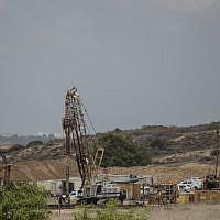 La construction d'une barrière souterraine le long de la frontière gazaouie, côté israélien, le 8 septembre 2016. (Crédit : AP Photo/Tsafrir Abayov, Archive)