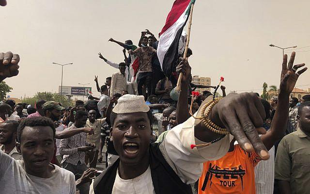 Des manifestants soudanais protestent contre le conseil militaire, à Khartoum, le 30 juin 2019. (Crédit : AP/Hussein Malla)