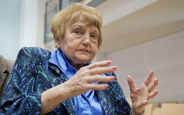 La survivante d'Auschwitz Eva Kor dans un tribunal de Lueneburg, en Allemagne, le 21 avril 2015. (Crédit : Julian Stratenschulte/Pool Photo via AP)