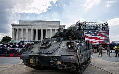 Un pilote de l'armée américaine met en place un véhicule de combat Bradley près du Lincoln Memorial à Washington, DC, en prévision des festivités du 4 juillet avec le président Donald Trump, le 3 juillet 2019. (AP Photo/Jacquelyn Martin)