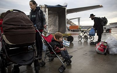 Des immigrants juifs ukrainiens arrivent à l'aéroport international Ben Gurion, Israël, le 22 décembre 2014. (AP Photo/Oded Balilty)