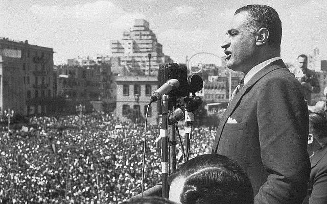 Gamal Abdel Nasser, président de l'Egypte, s'adresse à une foule immense réunie sur la Place de la République, Le Caire, 22 février 1958, depuis un balcon du bâtiment de l'Union Nationale. (AP Photo)