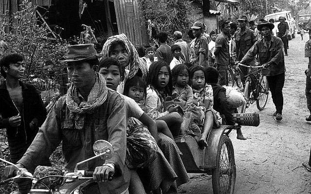 Au mois de janvier 1974, des Cambodgiennes et des enfants se rendent en moto-taxi vers des endroits plus sûrs de Phnom Penh alors que les Khmers Rouges continuent à frapper la capitale (Crédit : AP Photo)