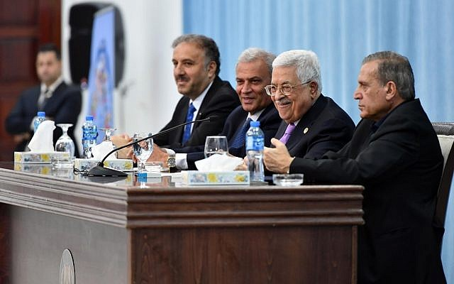 Le président de l'AP Mahmoud Abbas s'adresse aux eaux journalistes palestiniens  et arabes au siège présidentiel de l'AP, le 3 juillet 2019 (Crédit : Wafa)