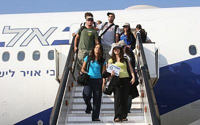 Nouveaux immigrants arrivant en Israël et descendant de l'avion à l'aéroport Ben Gurion. (Avec l'aimable autorisation de Nefesh B'Nefesh/via JTA)