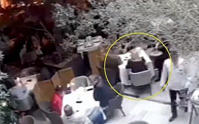 Capture d'écran d'une vidéo montrant une femme avec une perruque blonde parlant avec deux Israéliens qui ont été assassinés un peu plus tard par des assassins présumés à Mexico, le 27 juillet 2019 (Capture d'écran : YouTube)