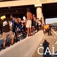 Capture d'écran de la vidéo censée montrer une émeute à Calais, alors qu'elle a en fait été tournée en Israël suite à la mort de Solomon Tekah. (Twitter)